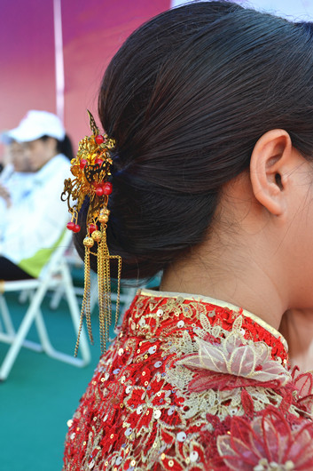 新娘子的复古装扮给水上婚礼增添了一丝古风韵味